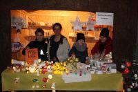 Verkauf-auf-dem-Weihnachtsmarkt-des-Friedensdorfs